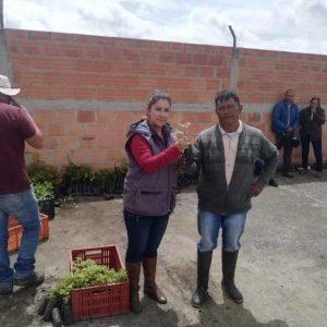 Entrega de Material Vegetal a Presidente de junta de Acción comunal vereda el Chital municipio de Paipa